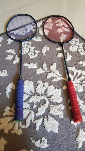 Sepasang raket badminton