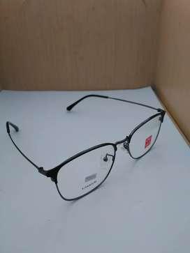 Frame Kacamata kotak Warna Hitam Dibagian Tangkainya Bahan Besi
