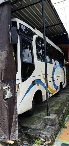 Isuzu bus 6 roda nkr 71 2011
