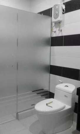 Sanblasting kaca film yang dipasang di kamar mandi