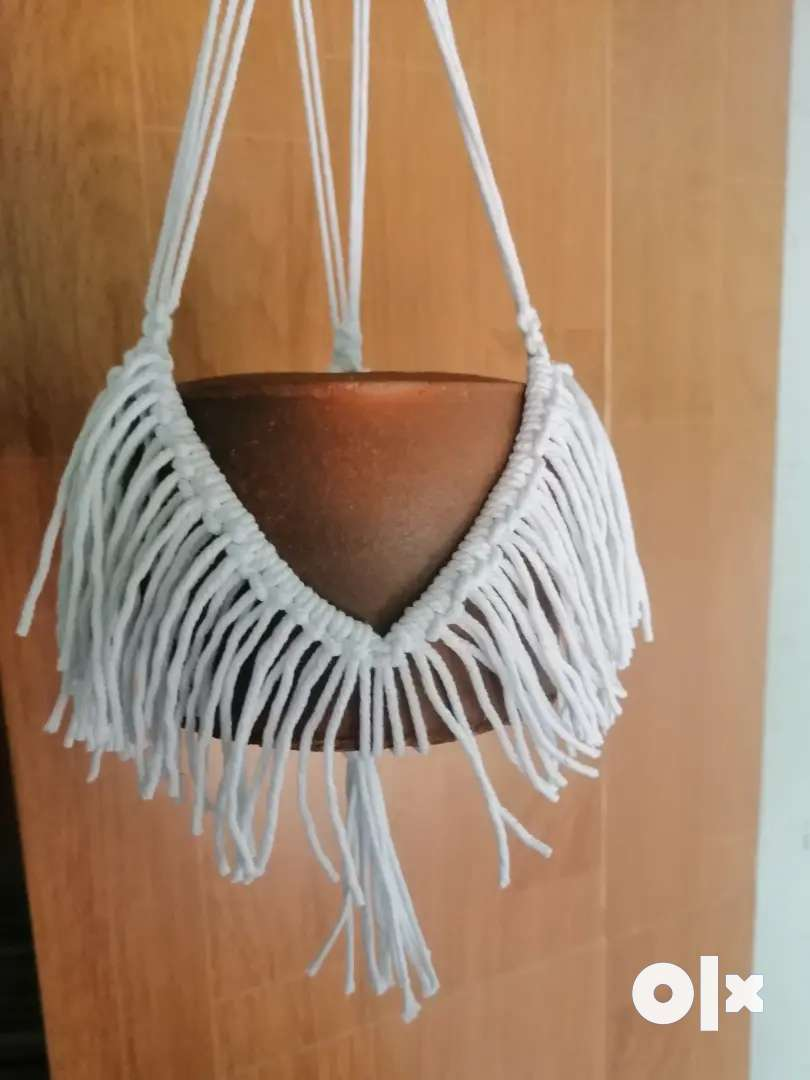 Terracotta pot with macrame hanging 0