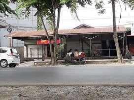 Dijual bangunan rumah beserta toko Lokasi strategis di Pinggir Jalan