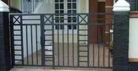 mengerjakan pembuatan pintu pagar rumah