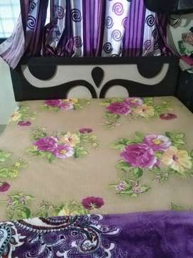 Queen size bed with sleepwell mattress, well mentained, 2 year