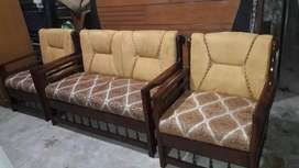 4 seater sofa in good quality foum with grunty