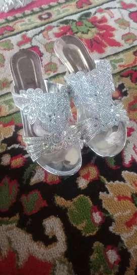 Sendal pesta warna silver