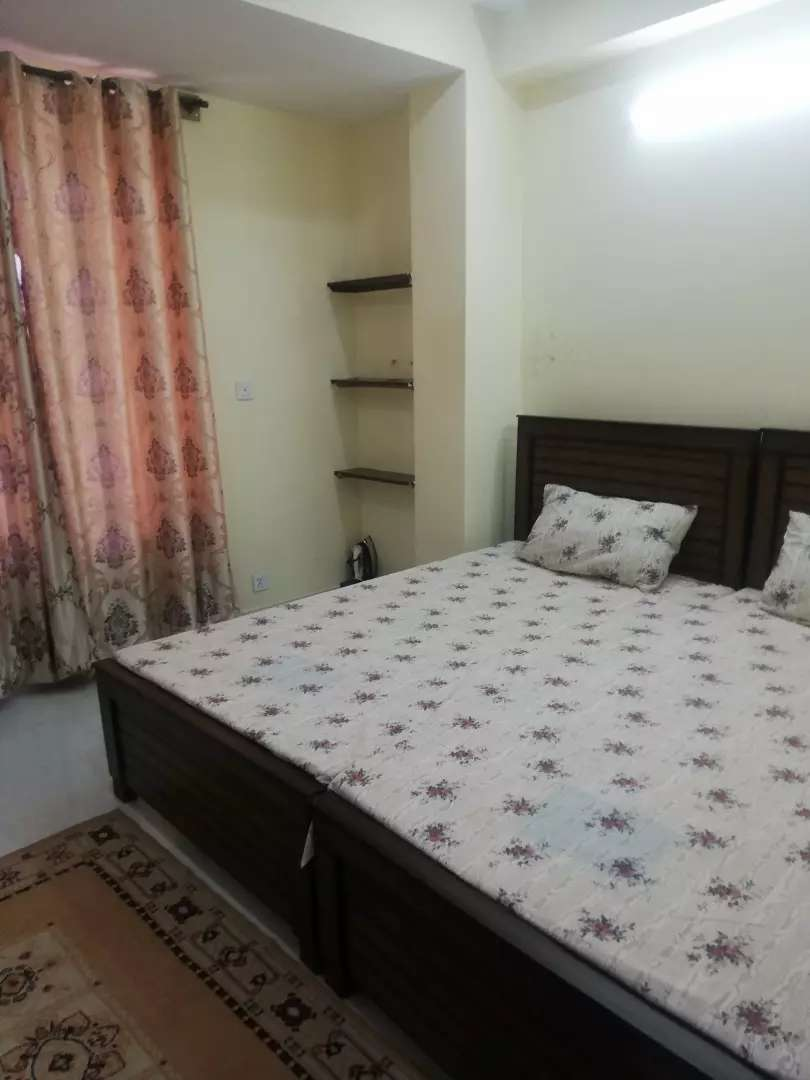 Female roommate required student or worker 0