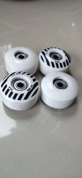 Skate board wheels with bearings
