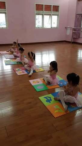 Dicari untuk bebersih studio balet