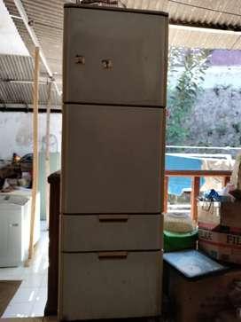 Kulkas buil up sharp 4 pintu, bisa buka kiri dan kanan