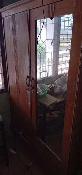 lemari kaca dua pintu bahan jati tua