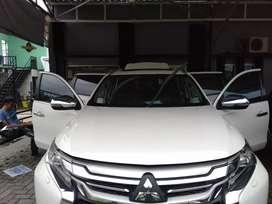 Mitsubishi pajero dakar 4x2 SUV putih yang cepat yang dapat