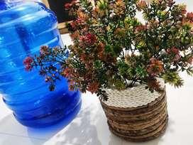 Bunga hias artificial dengan pot dari eceng gondok