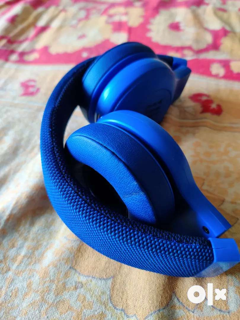 JBL e45BT Wireless earphones with wires in case you are out of juice 0
