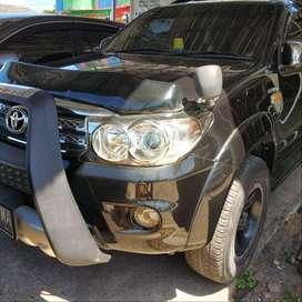 Toyota fortuner 4x4 2010 hitam