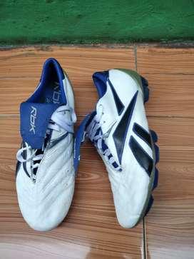 Sepatu bola rebbok
