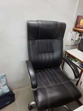 KING SIZE HAUDRALIC BUSINESS CHAIR & Regular Size chair