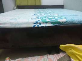 Bed with mattress but without boxes