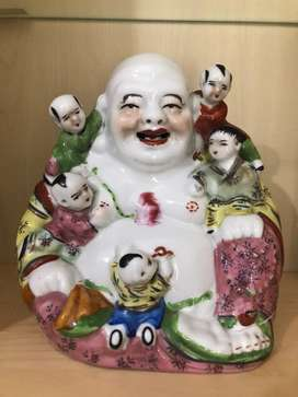 Patung Budha Tertawa dengan anak anak