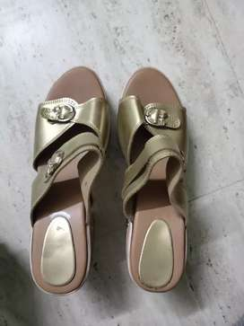 Slippers for sale in high quality