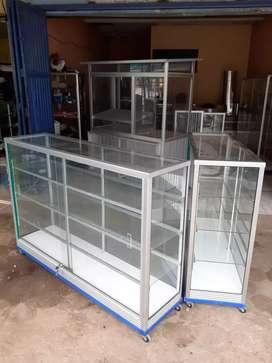 etalase kaca ukuran 1,5 meter sudah pasang roda siku besi.