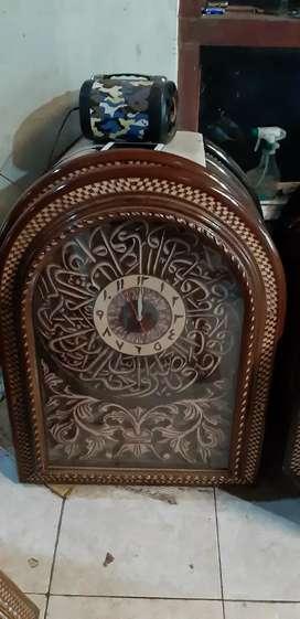 Jam hias kaligrafi dari kayu