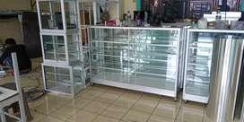 Toko menjual etalase alumunium untuk usaha berdagang.