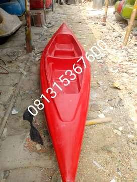perahu kano merah atau perahu dayung kano