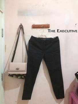 The executive celana hitam