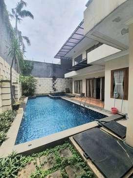 Rumah Mewah dengan Swimming Pool di Sektor 8 (GB 4659 AL)