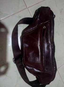 tas selempang bhn kulit asli .dan mnrma  pesanan pembutan tas dll