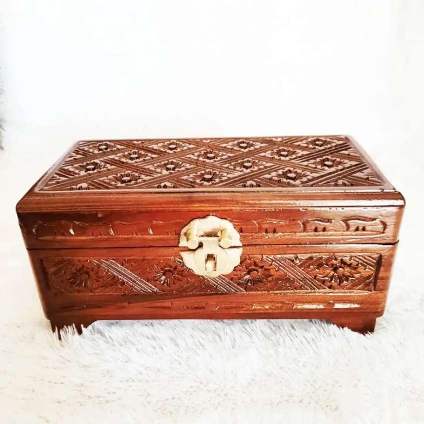 Souvenir Kotak Perhiasan Ukir Pahat Kayu Jati Kunci Kuningan