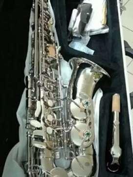 Alat musik tiup saxophone alto