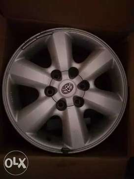 Toyota fortuner original 4 alloys for sale. Very