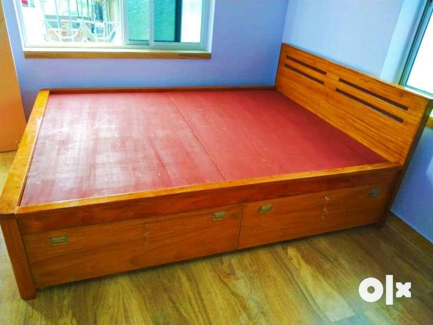 Box bed made of sirish wood
