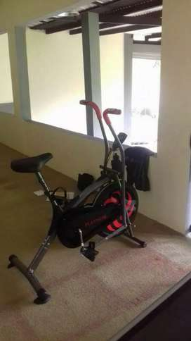 Gudang alat fitness Bekasi bergaransi/hitam anti gores bike statis