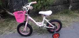 Sepeda anak perempuan ukuran R12 plus roda bantuan