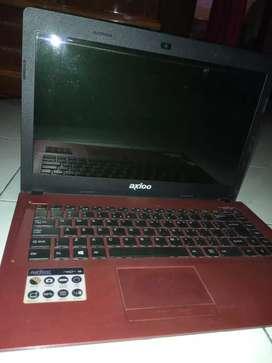 Laptop Axioo dengan kondisi HDD yang rusak yang perlu diganti.