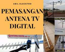 Teknisi pemasangan antena TV luar