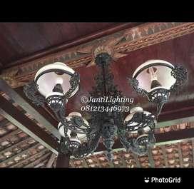 Lampu gantung cabang antik klasik dekorasi lawasan ruang tamu joglo