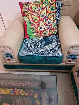 5 seater sofa with center table available for Sale