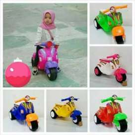 Mainan anak vespa duduk bonus helm