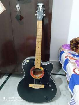 2 years old guitar in good conditions