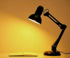 Lampu belajar bisa di taruh di atas meja