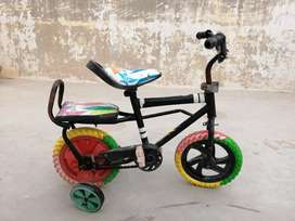 """Kids bicycle in good condition - 12"""" size (3 to 6 years)"""