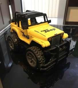 Mainan mobil jeep