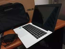 LAPTOP ASUS Slim RAM 4GB Murah Mulus Putih