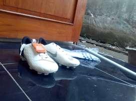Sepatu bola anak dan kaos kaki adidas ori Juve. Jual obral murah