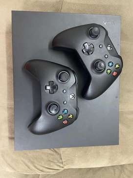 1 Tb X-Box One X with 2 joystics