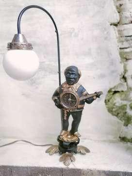 Lampu meja patung jam bergitar